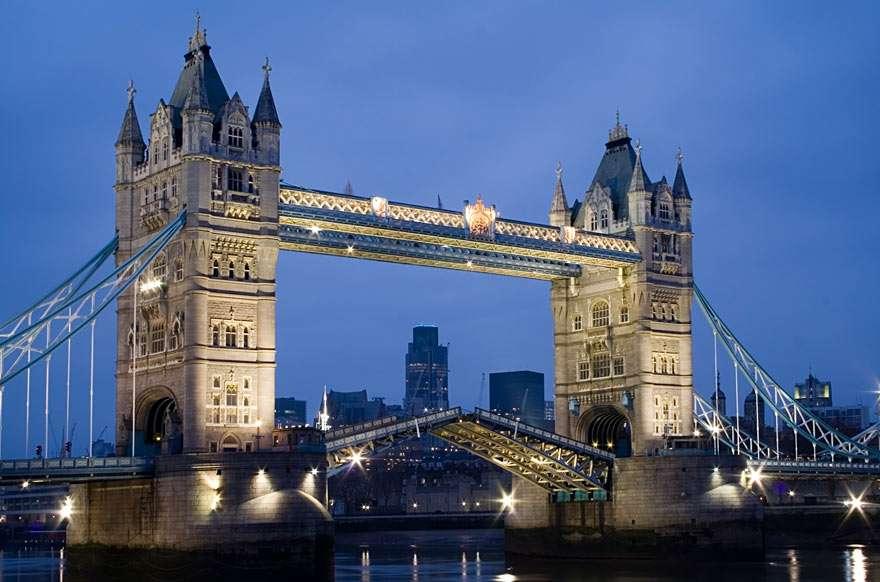 Tower Bridge (Londyn) - Tower Bridge (po polsku Most Wieży) to najlepiej znany most w Londynie (Anglia). Znajduje się on na rzece Tamizie, w pobliżu Tower of London, której zawdzięcza swoją nazwę. Jest mostem zwodzony (8×6)