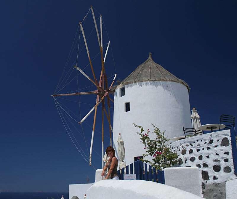 Wiatrak - Na wyspie Santorini, w mieście Oia w Grecji (8×7)