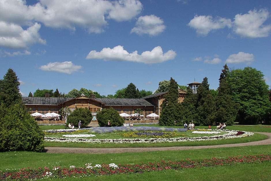 Park Zdrojowy - Najbardziej znany park w Ciechocinku - uzdrowisku położonym w centralnej Polsce. Na drugim planie widać pijalnię wód mineralnych (10×6)