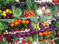 Stragan z warzywami i owocami