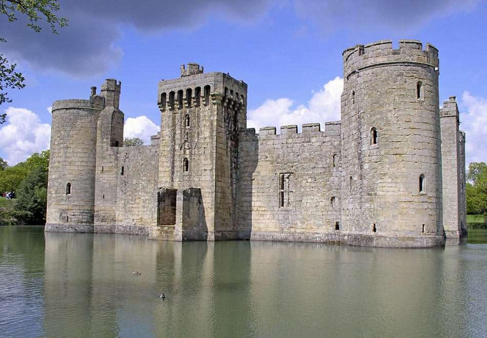 Zamek Bodiam (Anglia) - Bodiam Castle został zbudowany w 1385 r., podczas wojny Anglików z Francuzami. Zamek ze wszystkich stron otoczony jest fosą i był dużym osiągnięciem architektury obronnej (10×6)