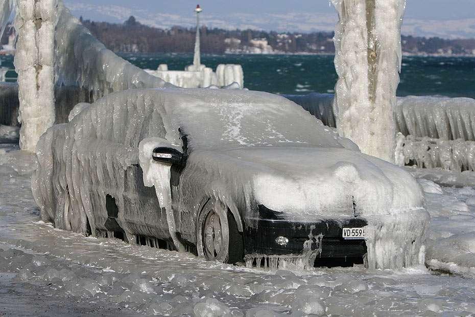 Zamarznięty samochód - Co może zrobić woda, silny wiatr i mróz. Zamarznięty samochód na brzegu jeziora Genewskiego w Versoix (Szwajcaria). Jezioro Genewskie jest największym jeziorem słodkowodnym centralnej Europy (w (15×10)