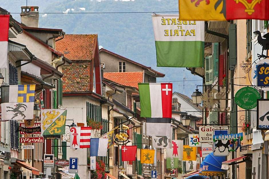 Villeneuve (Szwajcaria) - Dekoracja ulicy w Villeneuve na święto narodowe Szwajcarii (20×13)