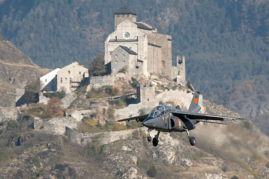 Alpha Jet - Samolot Alpha Jet na tle XV-wiecznej katedry Notre Dame, w pobliżu szwajcarskiego miasta Sion, leżącego w dolinie Rodanu. Alpha Jet to zaawansowany samolot szkoleniowy, a w warunkach bojowych lekki (9×6)