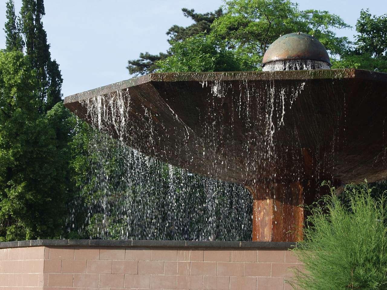 Fontanna Grzybek (Ciechocinek) - Położona w centrum uzdrowiska Ciechocinek fontanna Grzybek zasilana jest ze źródła solanki o głębokości ponad 400 metrów. Stąd solanka trafia do ciechocińskich tężni. Grzybek pełni też (7×5)