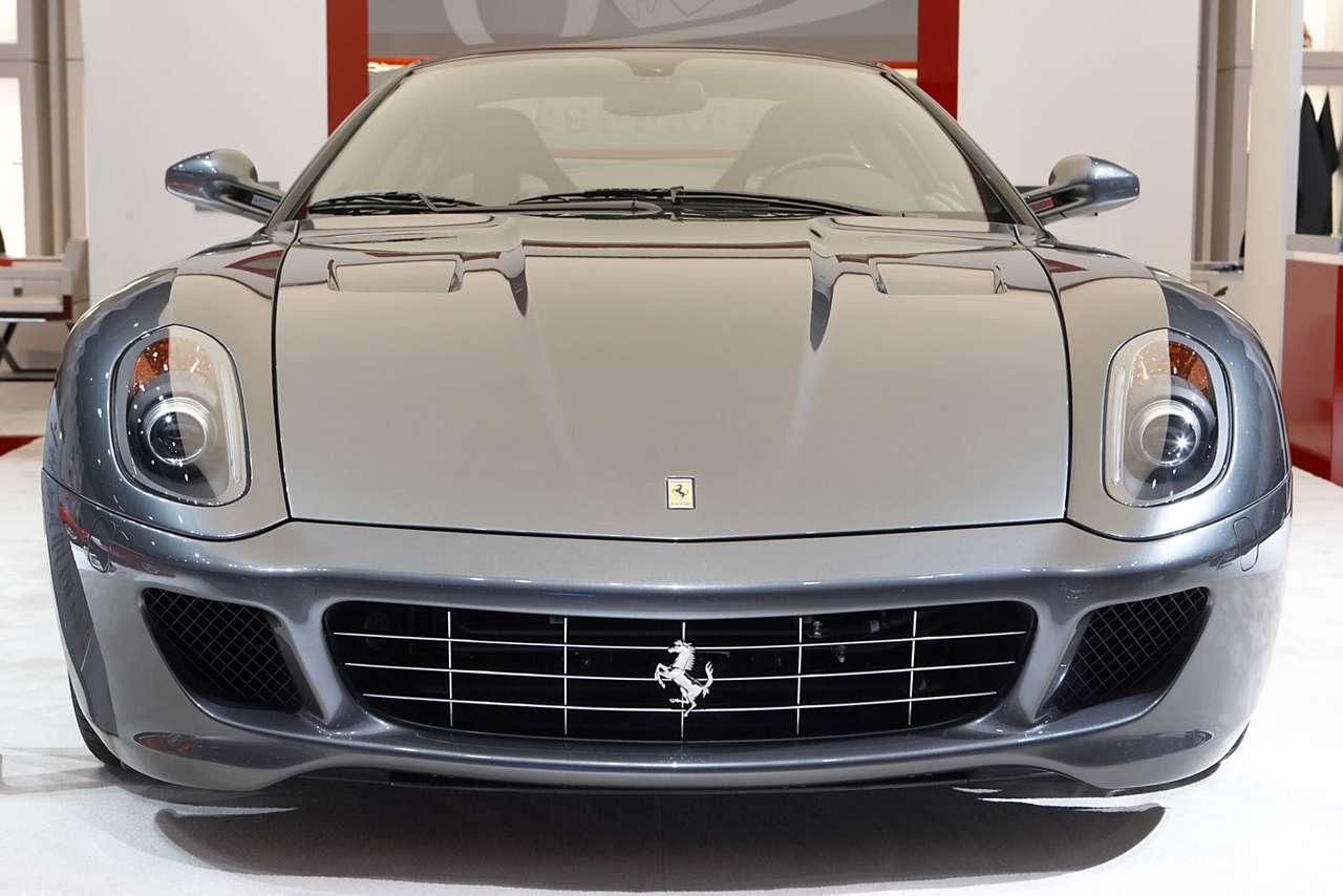 Ferrari 599 GTB Fiorano - Ferrari 599 GTB Fiorano to dwumiejscowy model flagowy firmy Ferarri. Zaprezentowany został w 2006 roku na Geneva Motor Show. Sześciolitrowy, dwunastocylindrowy silnik produkuje 611 koni mechanicznyc (13×9)