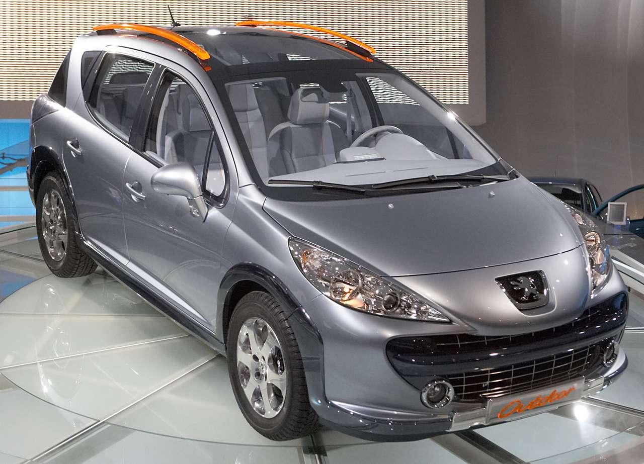 Peugeot 207 SW Outdoor - Peugeot 207 SW Outdoor to terenowa wersja kombi popularnej dwieściesiódemki. Zaprezentowany został, jeszcze jako samochód studyjny, w 2007 roku podczas Autosalonu w Genewie. Samochód pokazano ze (11×8)