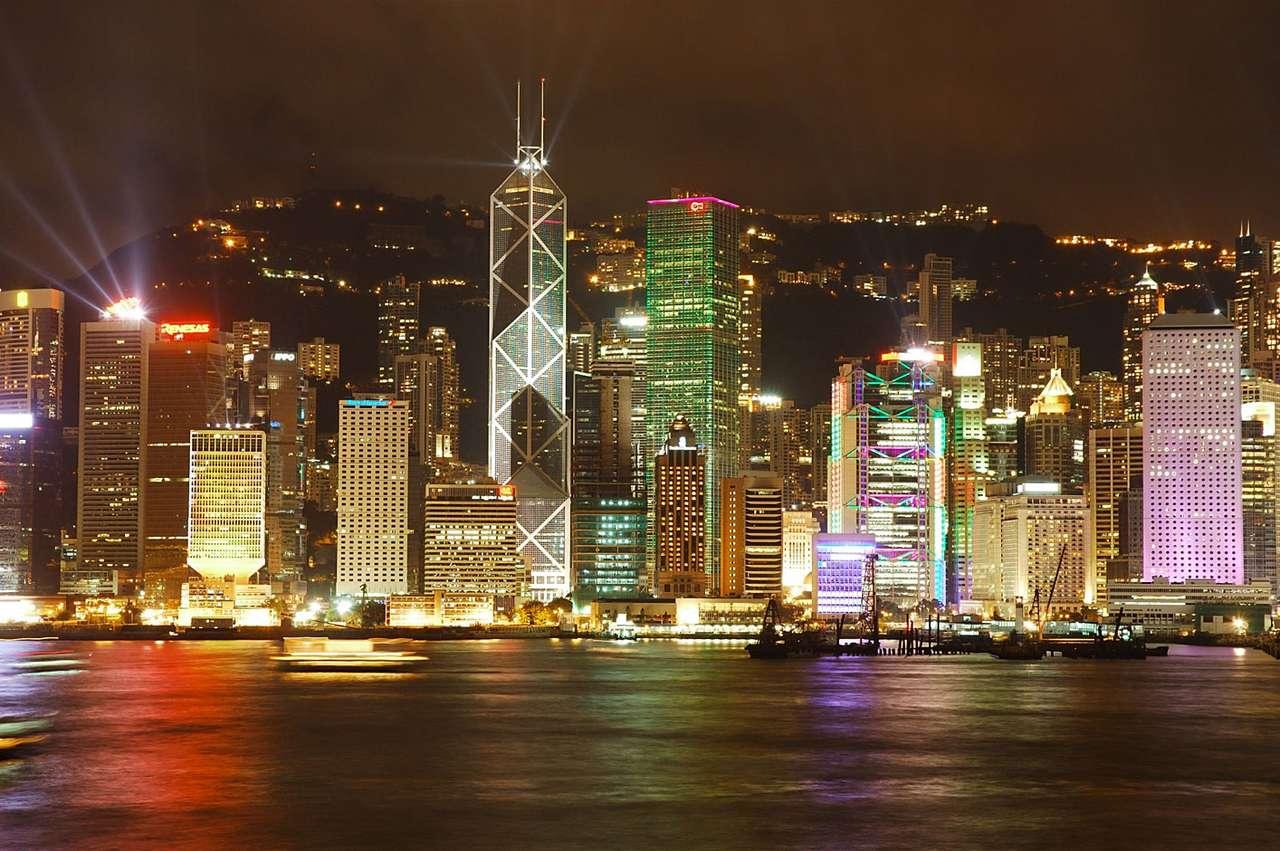 Hong Kong (Chiny) - Widok na dzielnicę Central od strony Zatoki Wiktorii. Hong Kong to specjalny region administracyjny Chińskiej Republiki Ludowej. Położony jest nad Morzem Południowochińskim u wschodnich wybrzeż (14×4)