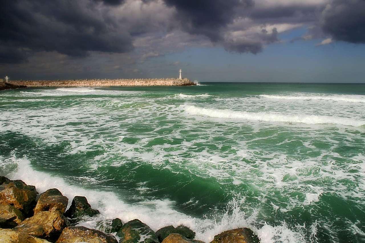 Morze Śródziemne zimą - Wybrzerze Morza Śródziemnego w pobliżu mista i ważnego portu Ashkelon w Izraelu. Zima w klimacie śródziemnomorskim jest zwykle łągodna a temperatura rzadko spada poniżej zera (12×8)