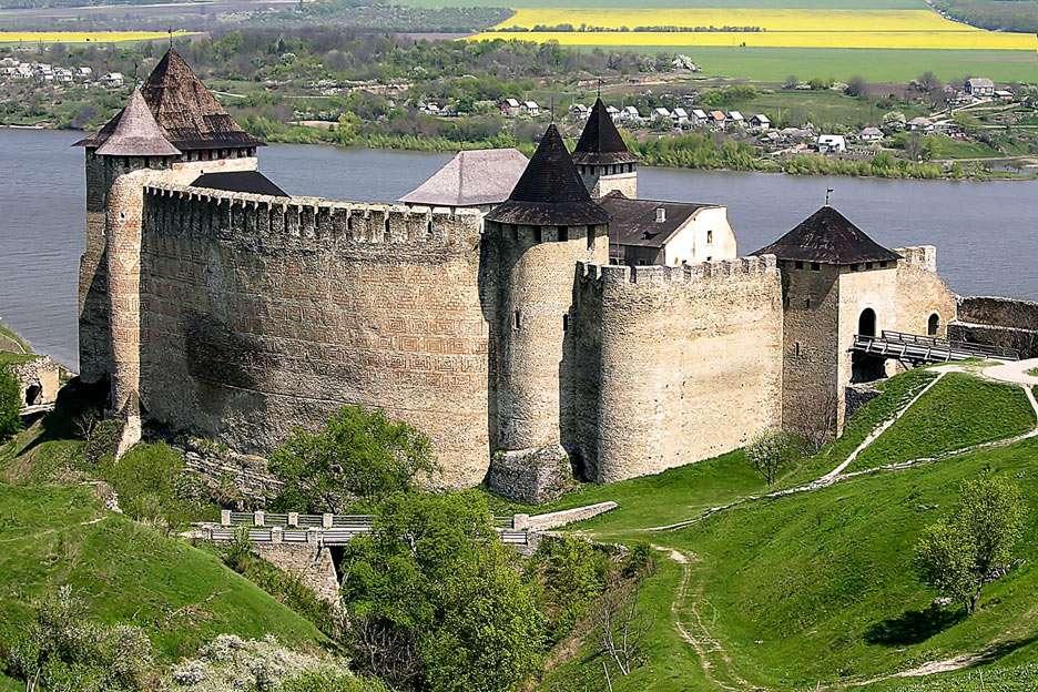 Twierdza Chocim (Ukraina) - Chocim to niewielkie miasto w północno-zachodniej części Ukrainy. Początki historii warownej twierdzy sięgają połowy XIII wieku, jednak zamek był kilkukrotnie umacniany i przebudowywany w XIV (12×8)