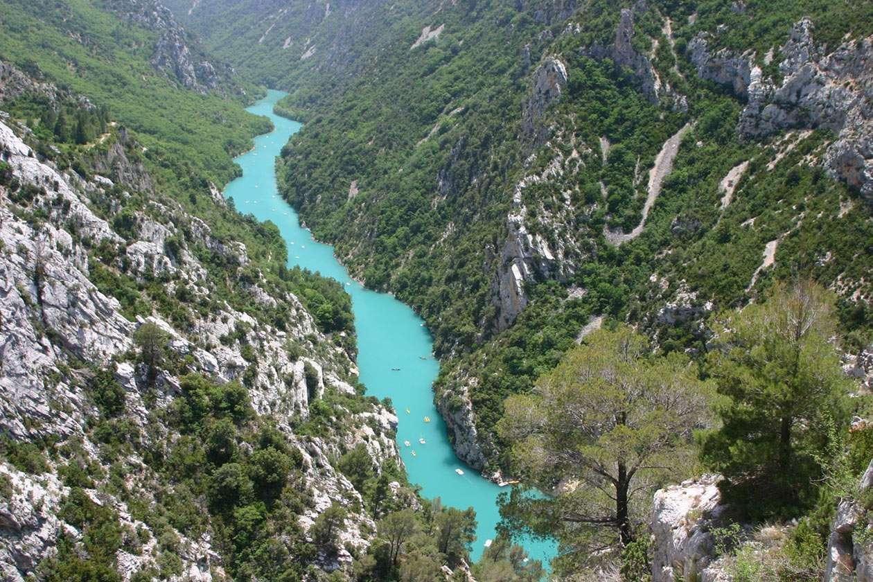 Przełom rzeki Verdon (Francja) - Przełom rzeki Verdon przez wapienne skały jurajskie w południowej Francji, w Prowansji. Kanion wyrzeźbiony przez rzekę ma długość 21 kilometrów a w najgłębszym miejscu skały wznoszą się (10×6)
