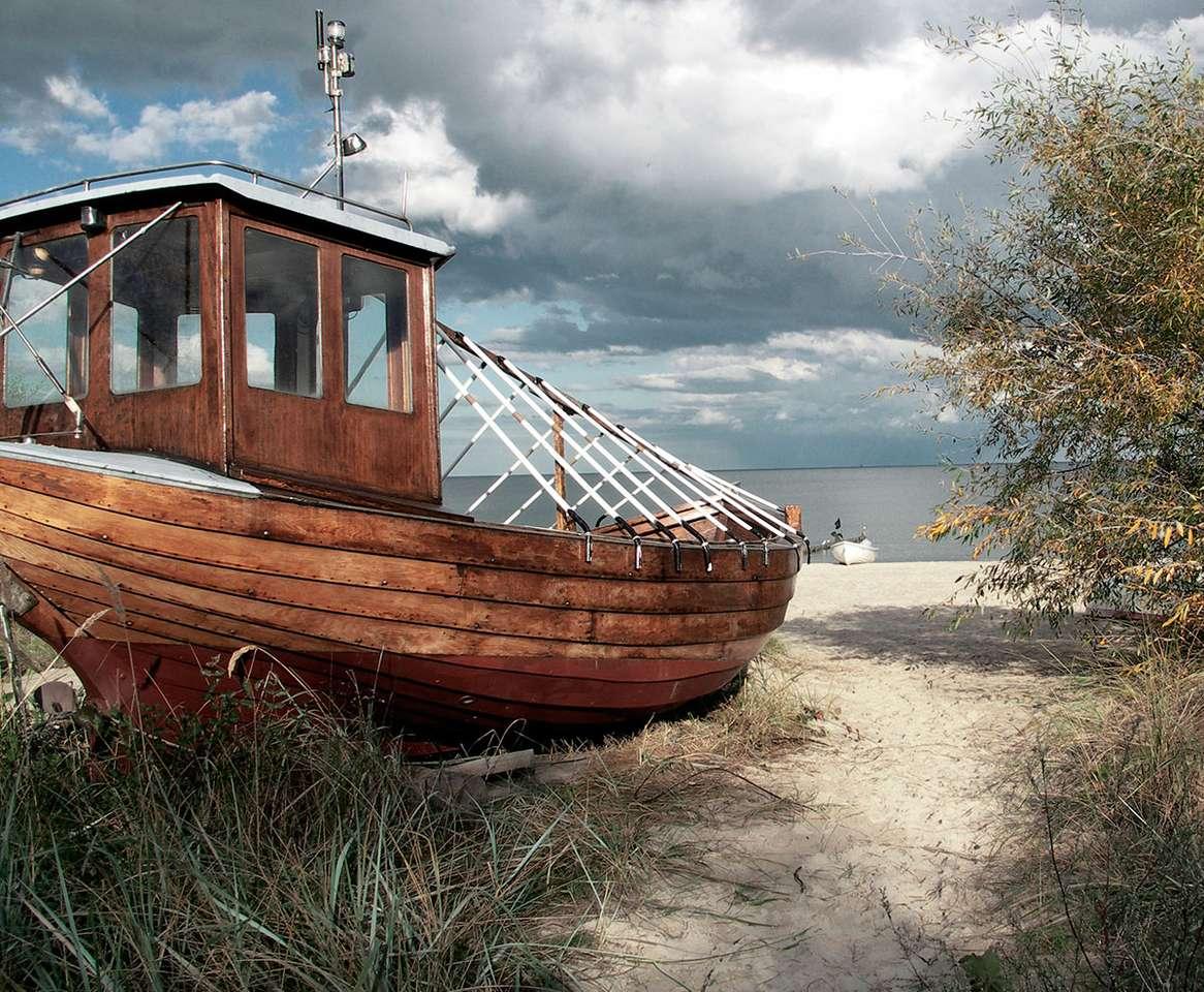 Kuter rybacki - Kuter rybacki na plaży po niemieckiej stronie wyspy Uznam. Uznam to wyspa przybrzeżna na Morzu Bałtyckim na pograniczu Polski i Niemiec (16×13)