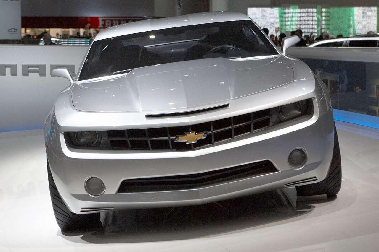 Chevrolet Camaro Coupe - Nowa studyjna wersja Chevroleta Camaro Coupe miała swoją europejską premierę na genewskim salonie samochodowym w 2007 roku. Pod długą maską nowego Camaro odnajdujemy 400-konny, aluminiowy silni (9×6)