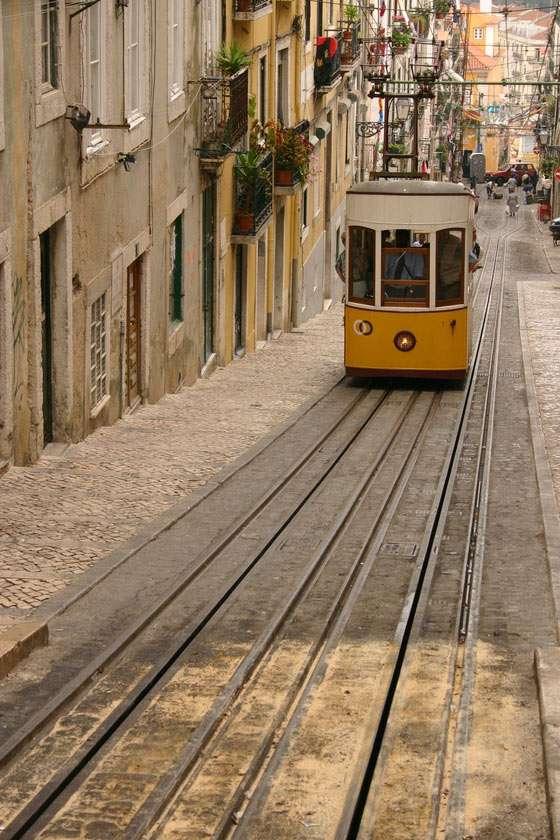 Funikular w Lizbonie (Portuagalia) - Funikular to rodzaj tramwaju poruszającego się po stromym zboczu. Porusza się dzięki linie połączonej przez szczyt wzgórza z drugim wagonem stanowiącym przeciwwagę. W stolicy Portugalii - Liz (10×15)