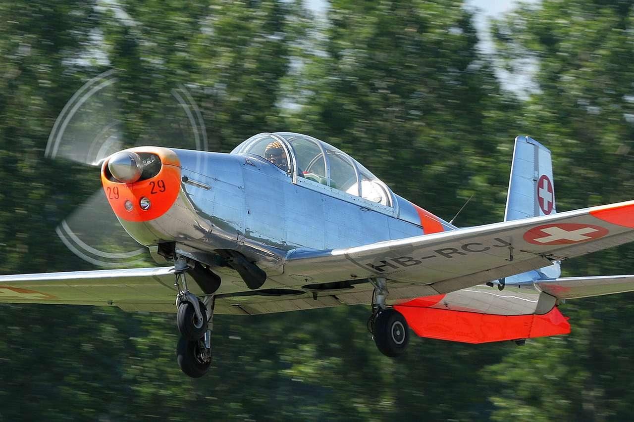 Pilatus P-3 - Pilatus P-3 to wojskowy samolot treningowy zaprojektowany do podstawowego i zaawansowanego szkolenia obejmującego nocne loty, latanie na przyrządy i akrobacje. Skonstruowany został przez firmę Pil (9×6)
