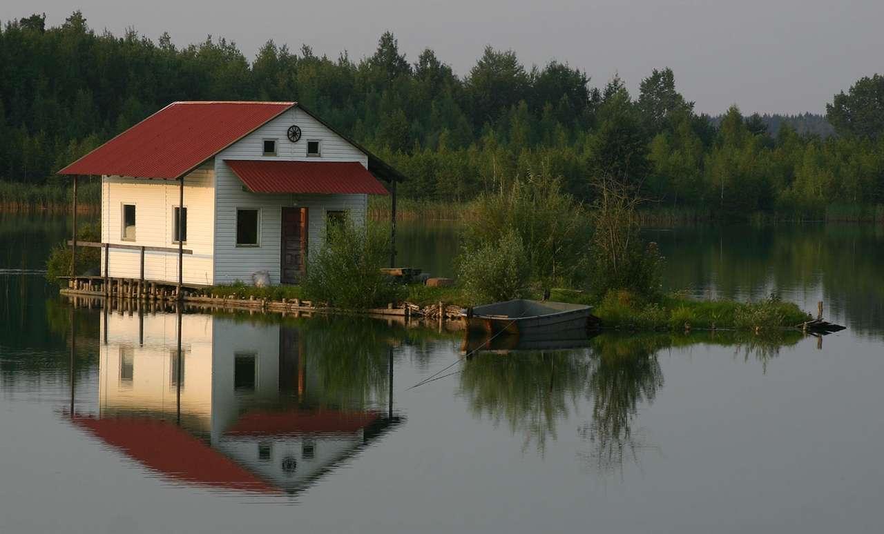 Domek na wodzie - Domek na wodzie na jednym z mazurskich jezior, w pobliżu Ełku (8×5)