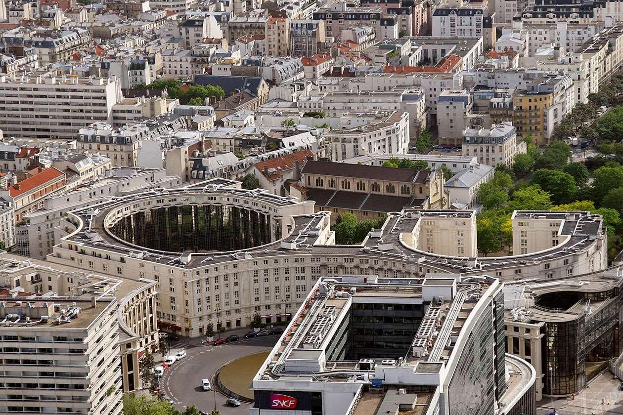 Widok na Paryż (Francja) - Fragment stolicy Francji widziany z Wieży Montparnasse. Paryż, będący największą aglomeracją w kraju, położony jest nad Sekwaną, w północnej części Francji (18×12)