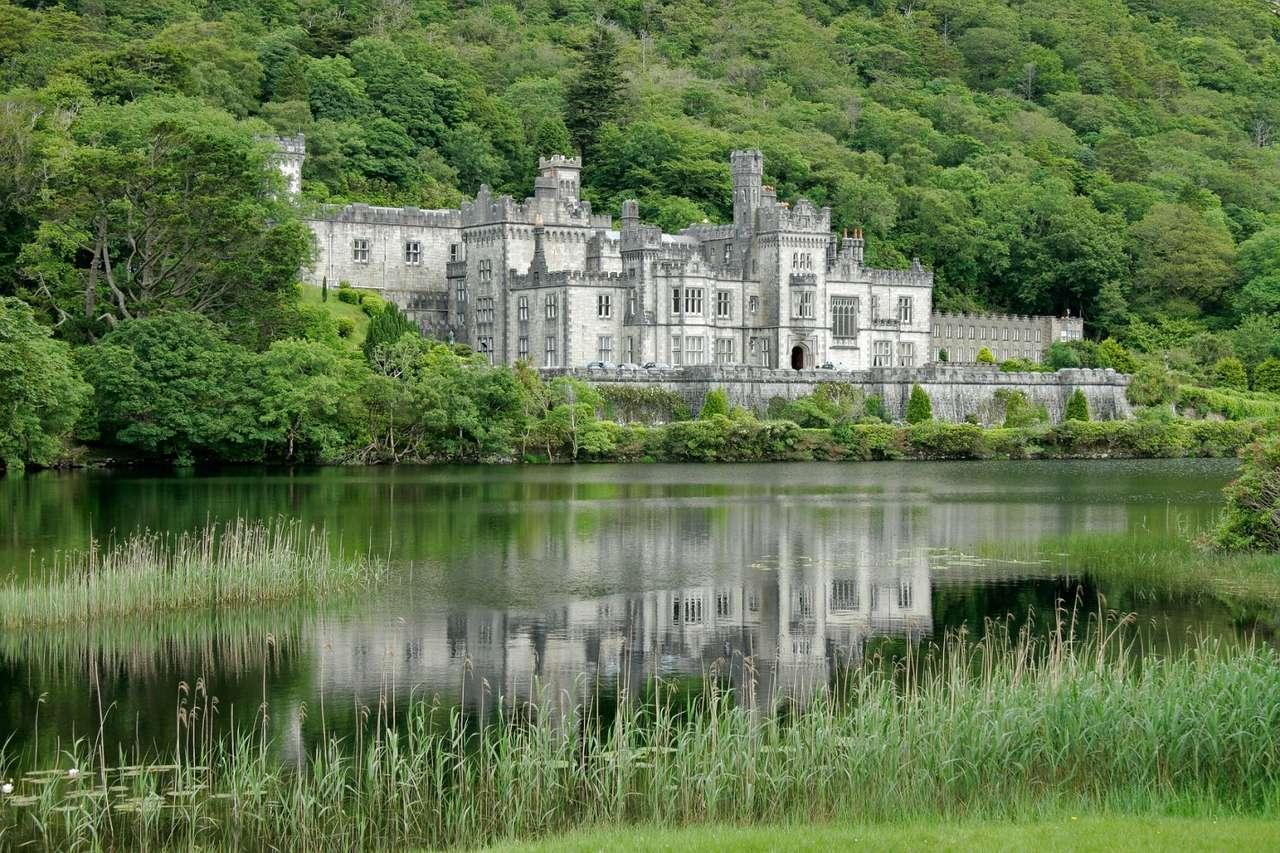 Kylemore Abbey (Irandia) - Kylemore Abbey to opactwo w zachodniej części hrabstwa Galway w Irlandii. Kylemore Castle został wybudowany w połowie XIX wieku jako prywatny dom. W 1920 zamek stał się siedzibą benedyktynek. A (15×10)