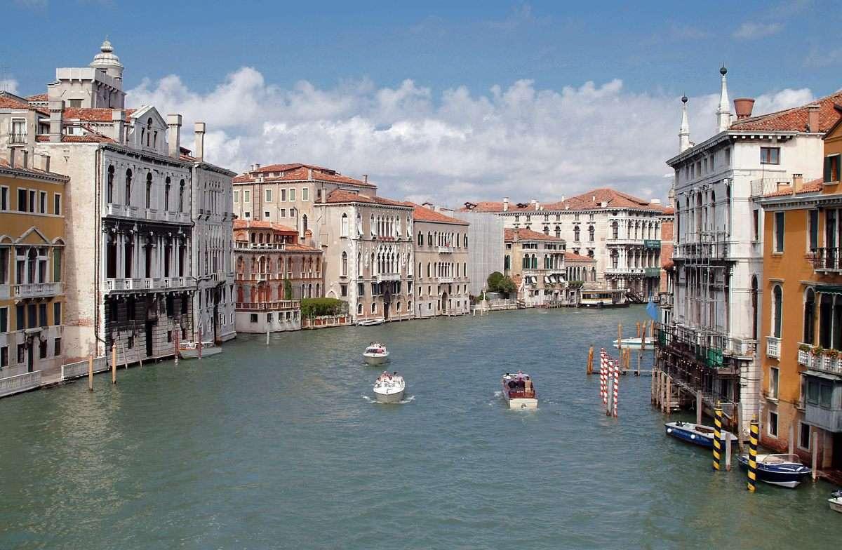 Kanał Grande w Wenecji (Włochy) - Kanał Grande (Canal Grande) to najważniejsza arteria wodna w Wenecji. Ma długość prawie czterech kilometrów, głębokość do sześciu metrów i charakterystyczny kształt litery S. Wenecja, naz (12×8)