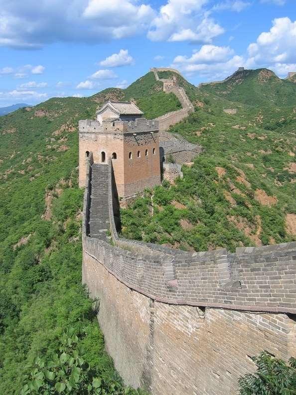 Wielki Mur Chiński - Wielku Mur Chiński - najdłuższa wybudowana przez człowieka budowla liczy ponad sześć tysięcy kilometrów. System fortyfikacji, na który poza murem składają się bramy i wieże powstawał prz (9×12)