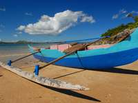 Piroga na plaży (Madagaskar)