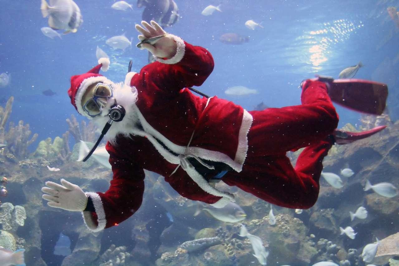 Pozdrowienia od Świętego Mikołaja - Święty Mikołaj to starszy mężczyzna z brodą, widywany najczęściej w okresie Świąt Bożego Narodzenia, niemalże w każdym miejscu na świecie. Legendy mówią, że dzięki zaprzęgowi renife (9×6)