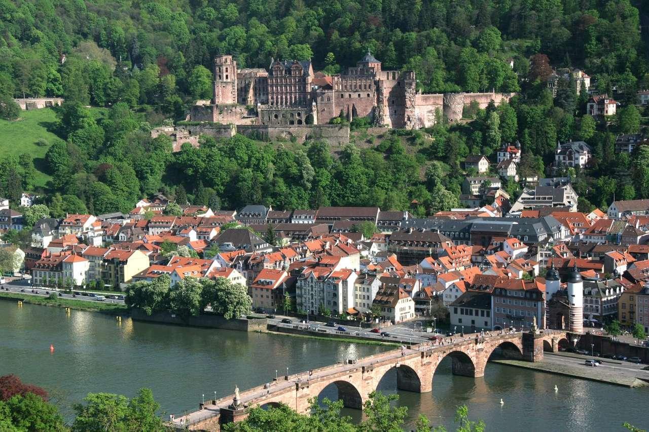 Zamek w Heidelbergu (Niemcy) - Zamek gotycko-renesansowy góruje nad miastem Heidelberg w Badenii-Wirtembergii w Niemczech. Pierwsze wzmianki o fortyfikacjach na górze Königsstuhl pochodzą z początków XIII wieku, jednak za cza (24×16)
