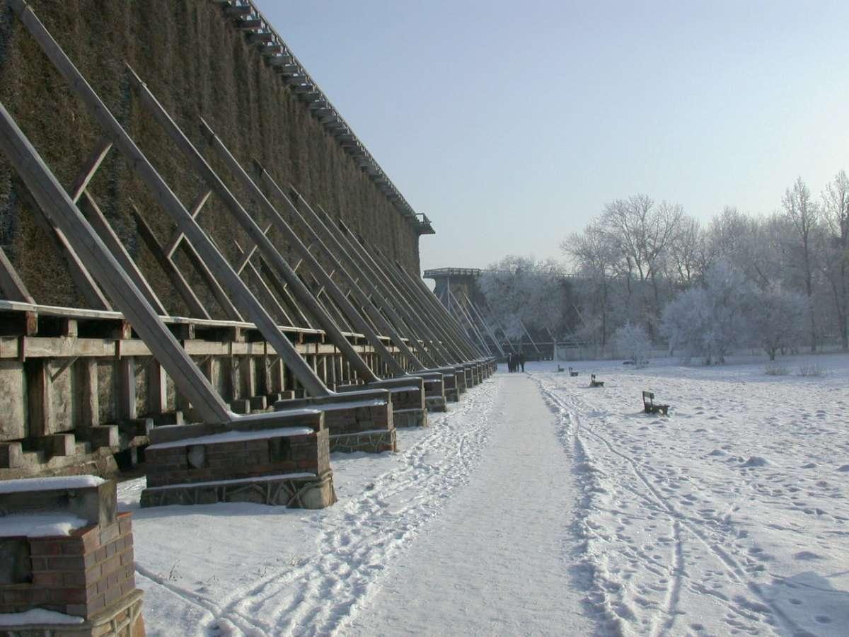 Ciechocińskie tężnie zimą - Zabytkowe tężnie w Ciechocinku także zimą są miejscem częstych spacerów mieszkańców i kuracjuszy. Budowa tężni rozpoczęła się w 1824 roku. Łączna długość trzech tężni to prawie dw (6×5)