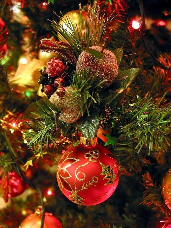 Ozdoby choinkowe - Tradycja dekorowania drzewka bożonarodzeniowego (świerku, jodły lub sosny) pojawiła się prawdopodobnie w XVI wieku. Do polskich miast zwyczaj zadomowił dzięki niemickim protestantom na początk (6×8)