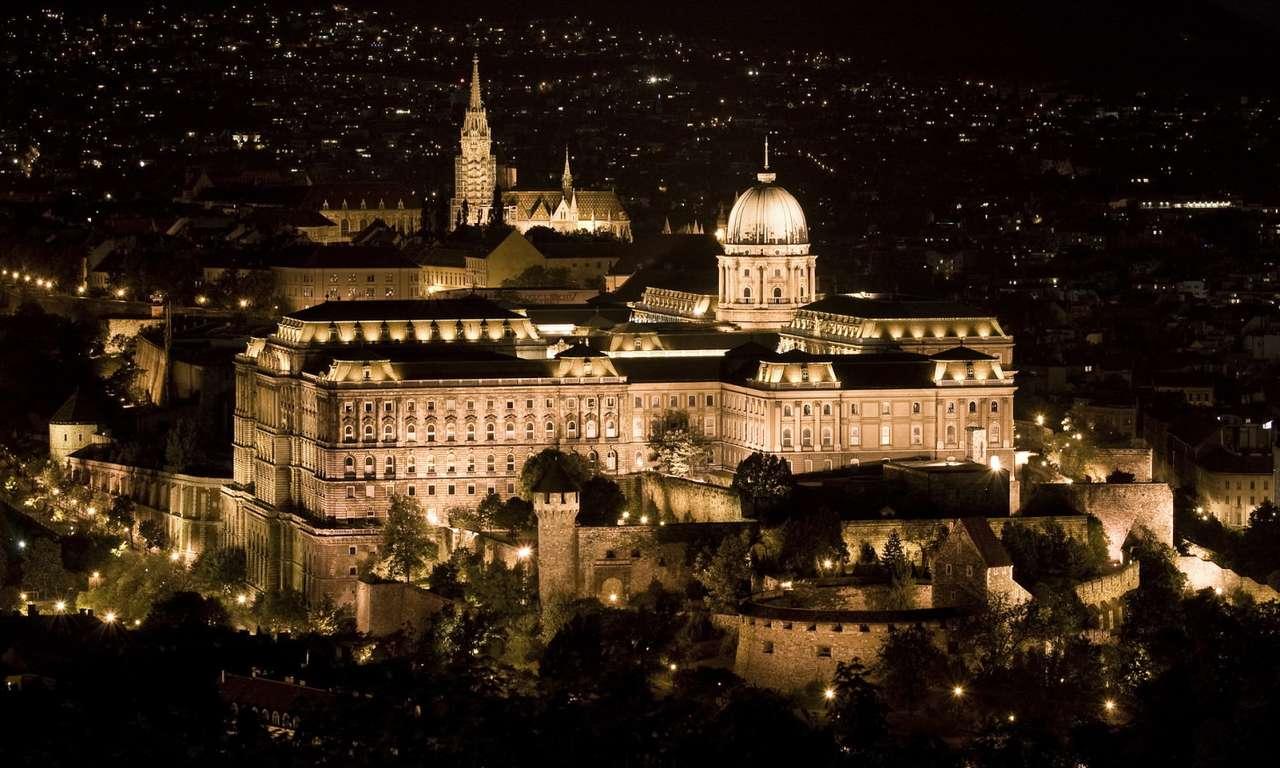 Zamek Królewski w Budapeszcie (Węgry) - Nocny widok na zamek Królewski w Budapeszcie. Pierwsza siedziba królewska pojawiła się na Wzgórzu Zamkowym w XIV wieku. W XVI wieku zamek został zniszczony przez Turków, natomiast po wybudowani (9×5)