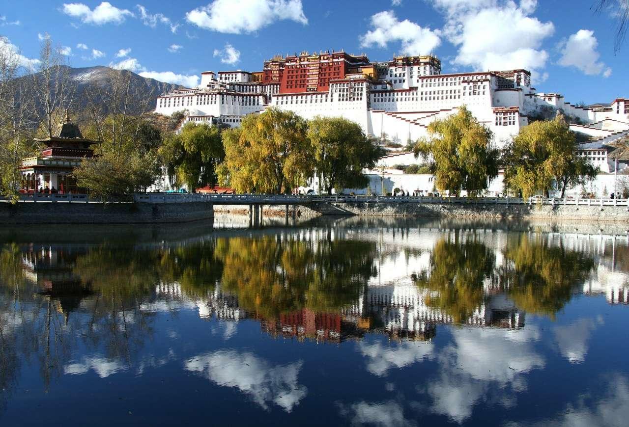 Pałac Potala (Chiny) - Najwyżej położony pałac na świecie (3700 m n.p.m.). Pałac Potala góruje nad miastem Lhasa - stolicą Tybetańskiego Regionu Autonomicznego. Do 1959 roku był zimową rezydencją władców Tybet (16×11)