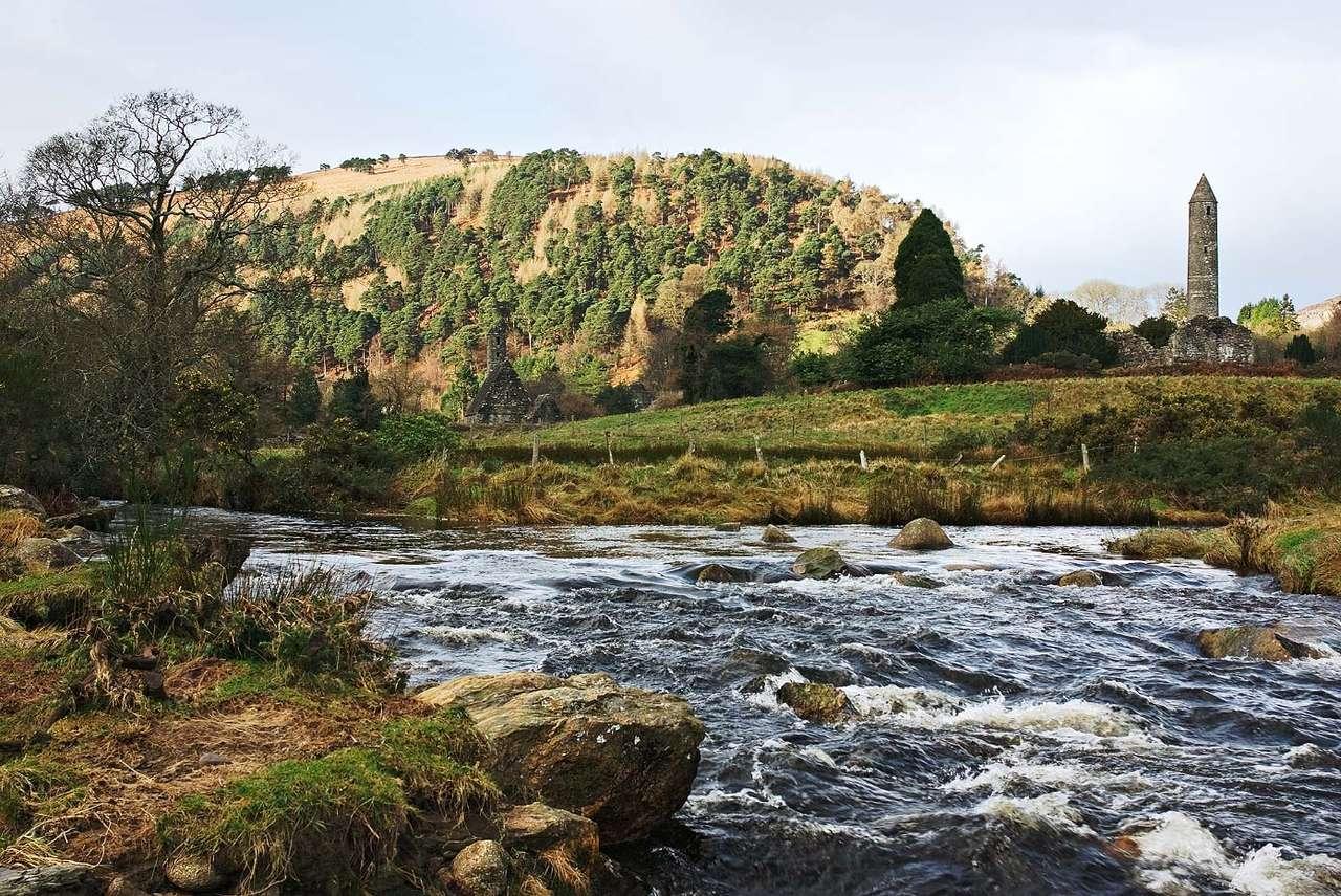 Wieś Glendalough (Irlandia) - Glendalough to średniowieczna, irlandzka wieś. Położona jest w dolinie dwóch jezior, w hrabstwie Wicklow, we wschodniej części kraju, na półudnie od stolicy - Dublina. Glendalough została za (12×5)