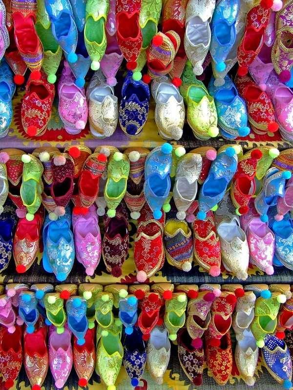 Tureckie obuwie - Kolorowe obuwie sprzedawane w Turcji. Republika Turecka to państwo leżące na dwóch kontynentach. Graniczy z ośmioma państwami i czterema morzami (12×16)