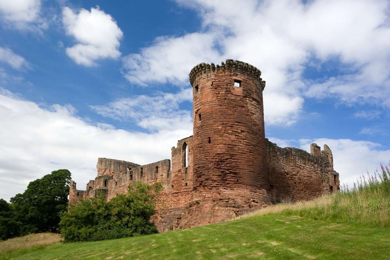 Zamek Bothwell (Szkocja) - Budowa średniowiecznego zamku w pobliżu Bothwell w Szkocji rozpoczęła się w XIII wieku. Fortyfikacje położone są kilkanaście kilometrów od Glasgow, w Południowym Lanarkshire. Po wielu oblę (9×6)