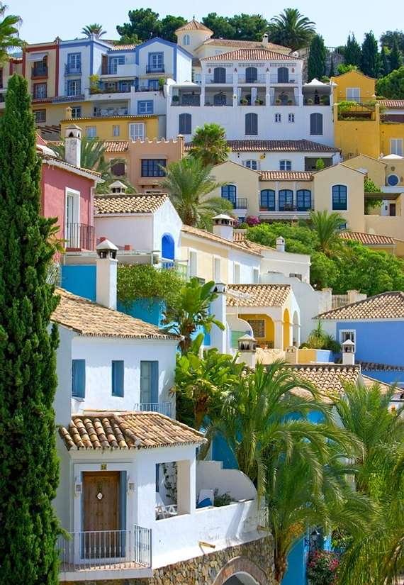 Miasteczko na zboczu (Hiszpania) - Kolorowe, hiszpańskie pueblo położone na zboczu góry. Pueblo to słowo oznaczjące wioskę lub miasteczko (10×15)