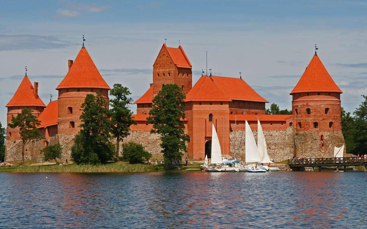 Zamek w Trokach (Litwa) - Średniowieczny, gotycki zamek położony jest malowniczo na wyspie Galwe, w pobliżu  miasta Troki na Litwie. Budowę zamku rozpoczęto jeszcze w wieku XIV, a zakończył ją wielki książę Witold (8×5)