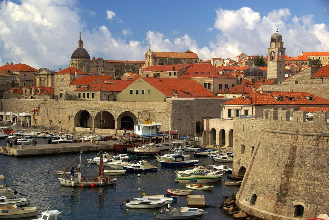 Przystań w Dubrowniku (Chorwacja) - Położony na południu Chorwacji Dubrownik jest głównym ośrodkiem turystycznym Dalmacji. Miasto posiada port handlowy i pasażerski. W pobliżu miasta znajduje się także międzynarodowy port lot (11×7)
