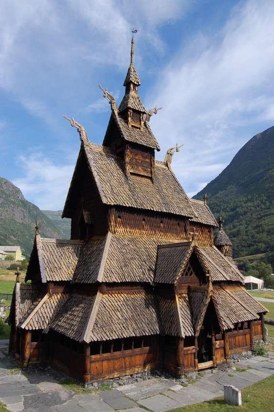 Kościół klepkowy w Borglund (Norwegia) - Zabytkowy kościół klepkowy w Borglund (Borgund stavkirke) jest jedyną w Norwegii tego typu świątynią zachowaną w dobrym stanie do naszych czasów. Pochodzi z połowy dwunastego wieku i jest zb (6×9)
