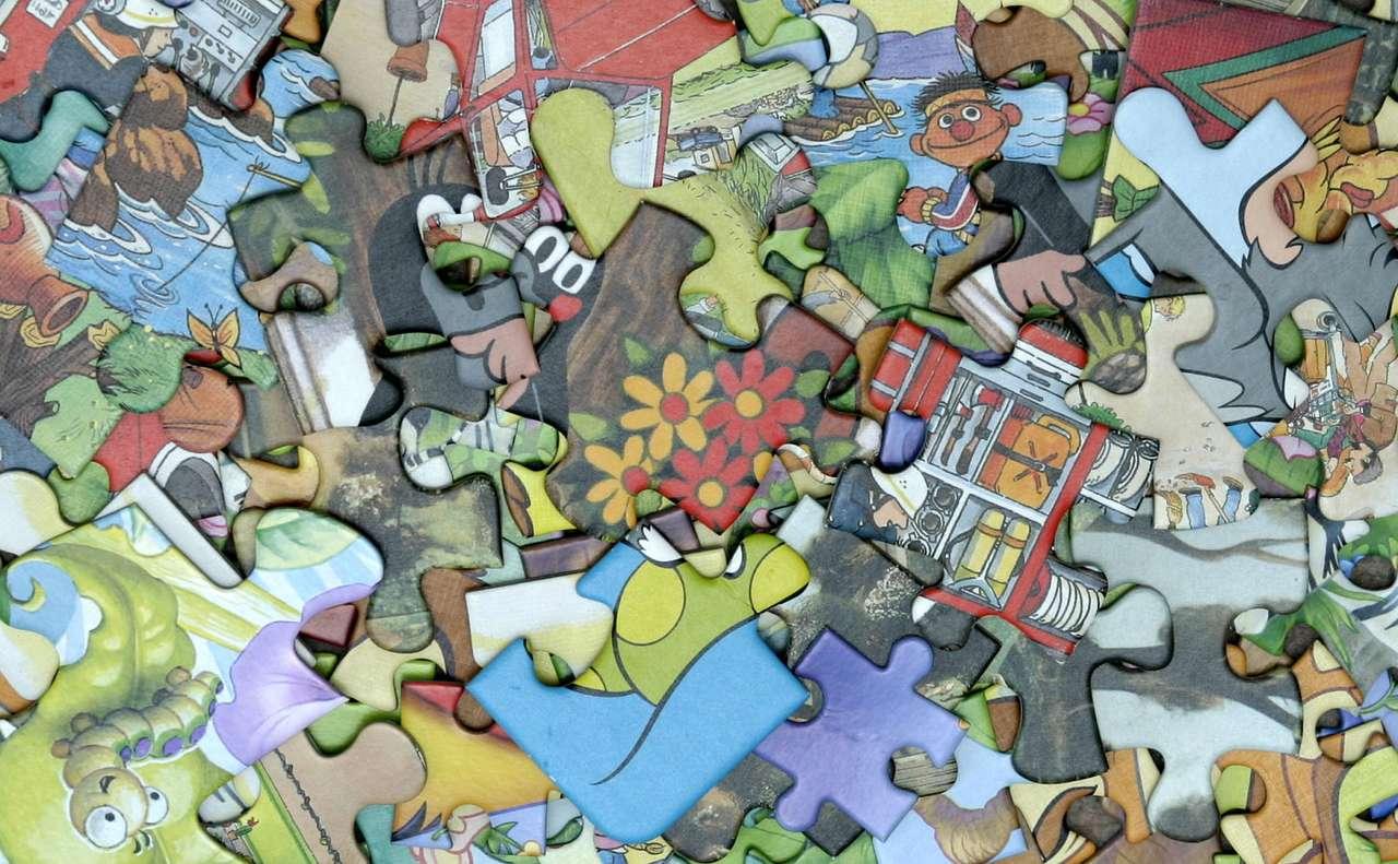Puzzle - Puzzle powstały w Anglii w drugiej połowie XVIII wieku. Za twórcę pierwszych puzzli uważany jest angielski kartograf, który przygotowywał pomoce edukacyjne w postaci map pociętych na elementy (16×10)
