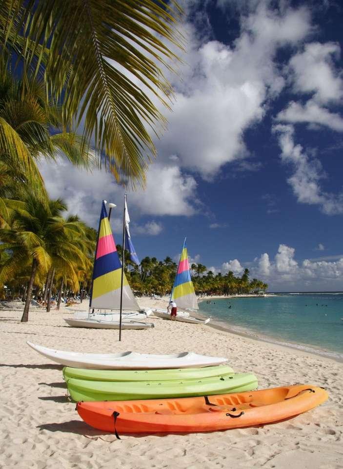 Łodzie na karaibskiej plaży - Kajaki i żaglówki na karaibskiej plaży. Wyspy Karaibskie leżą pomiędzy Ameryką Północną a Południową. Nazwa Karaiby pochodzi od Indian, którzy zamieszkiwali Małe Antyle, będące częśc (9×12)