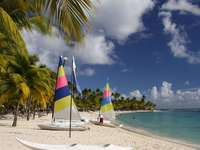 Łodzie na karaibskiej plaży