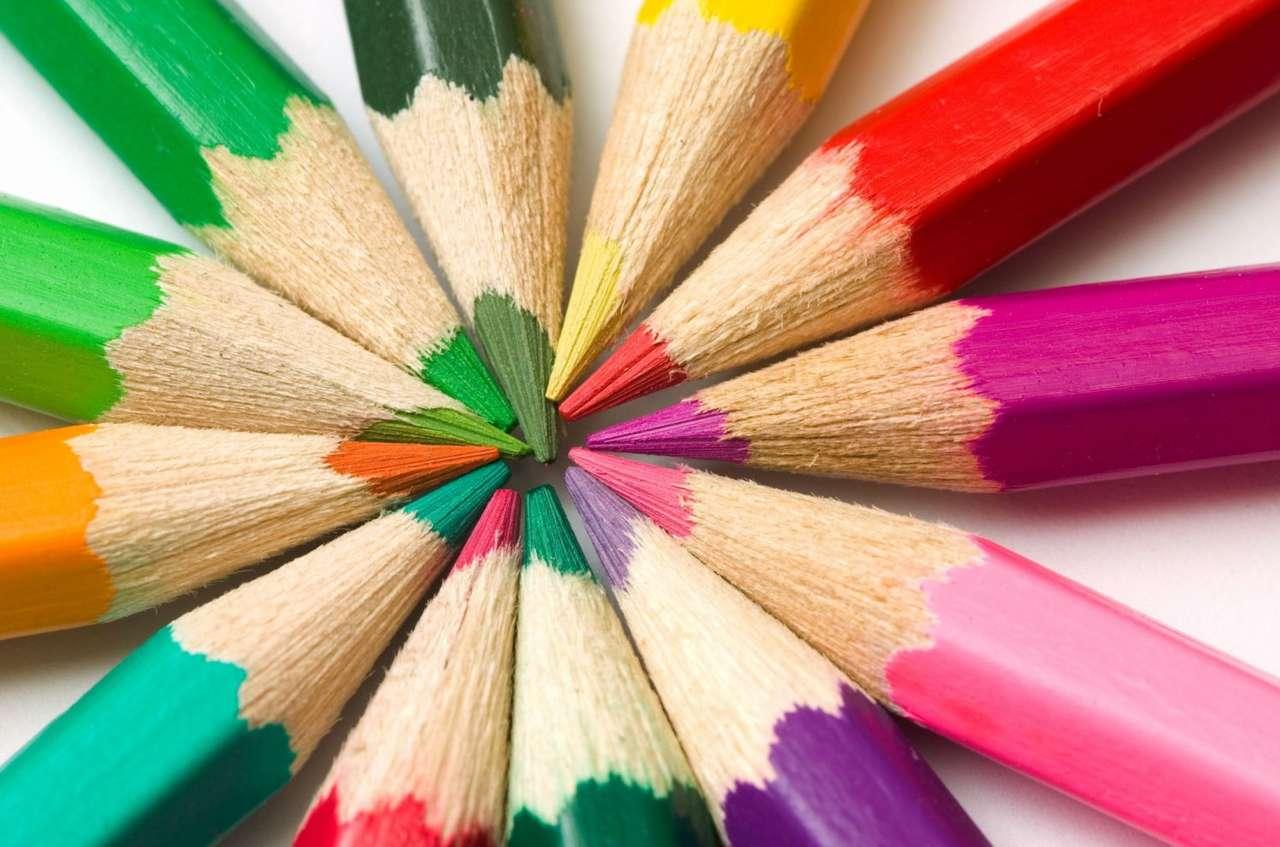 Kolorowe kredki - Kredki ołówkowe pozwalają tworzyć kolorowe rysunki, dzięki barwionemu węglowi drzewnemu zamkniętemu w drewnianej oprawce (17×11)