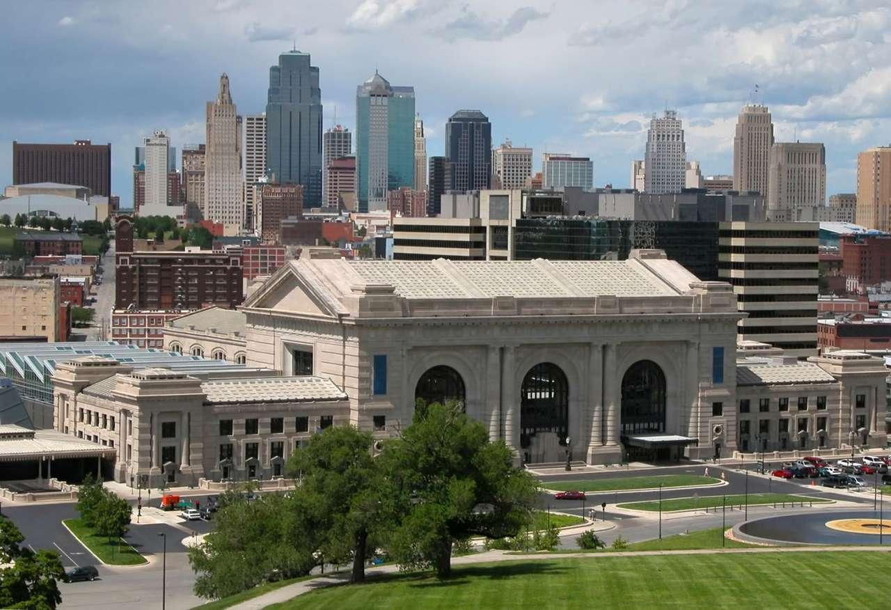 Kansas City w stanie Missouri (USA) - Panorama największego miasta stanu Missouri, z dworcem kolejowym na pierwszym planie. Metropolia Kansas City leży na granicy stanów Kansas i Missouri, w środkowej części Stanów Zjednoczonych. Z (11×7)