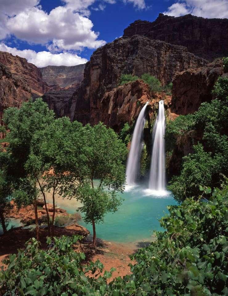 Wodospad Havasu (USA) - Wodospad Havasu w rezerwacie Indian Havasupai znajduje się w rejonie Wielkiego Kanionu, w amerykańskim stanie Arizona. Woda spada swobodnie jednym lub dwoma strumieniami z 37-metrowego klifu. Wodosp (7×9)
