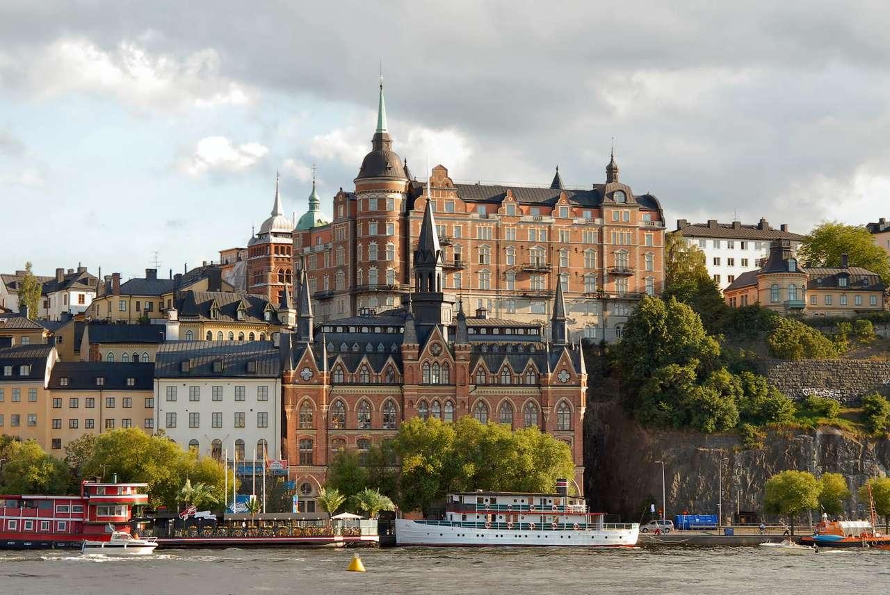 Sztokholm (Szwecja) - Sztokholm to stolica i największe miasto Szwecji. Miasto położone jest na 14 wyspach i częściowo na lądzie stałym. Szybki rozwój miasta rozpoczął się XIII wieku, natomiast stolicą Sztokhol (11×5)