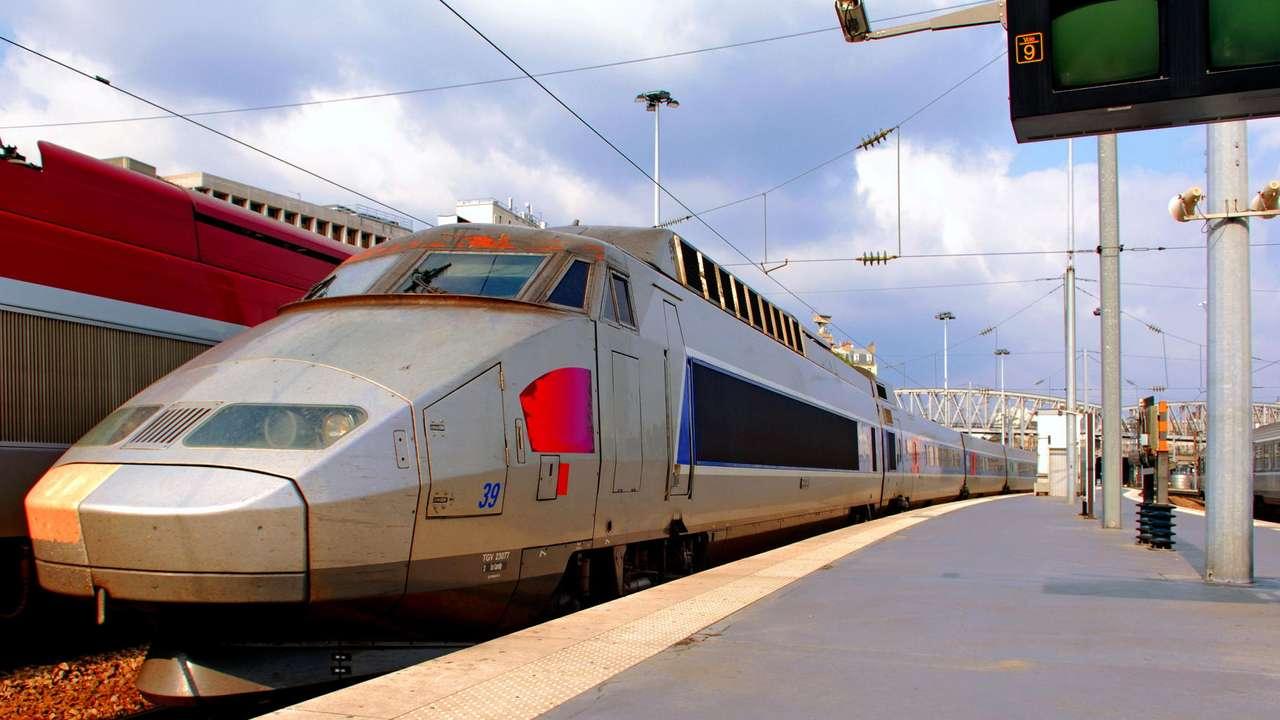 Pociąg TGV na stacji w Paryżu (Francja) - Szybki pociąg TGV Réseau na stacji kolejowej w Paryżu (Francja). TGV (Train à Grande Vitesse) - Pociąg o dużej prędkości - osiąga podczas normalnej eksploatacji prędkości przekraczające 30 (16×9)