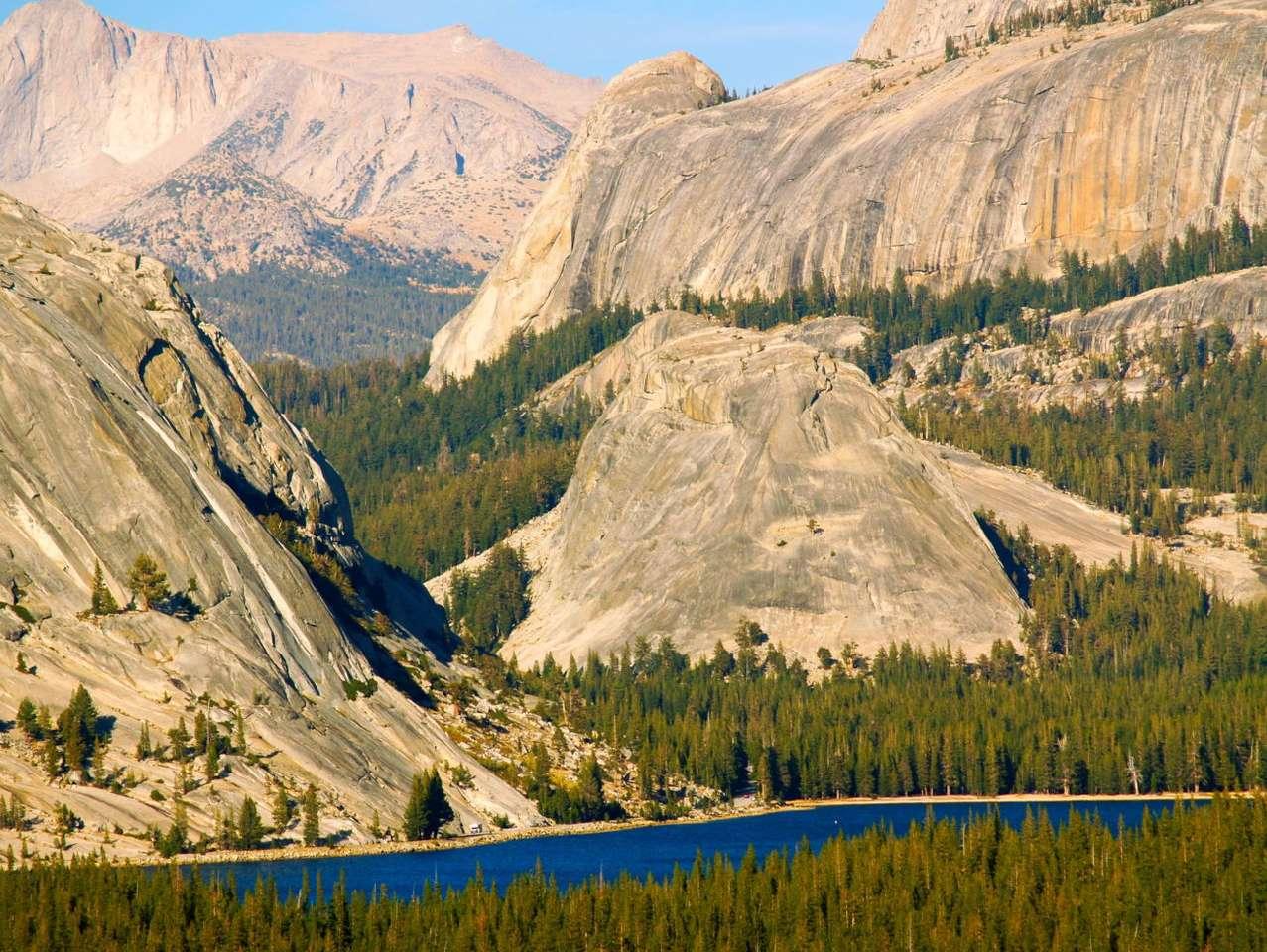 Park Narodowy Yosemite (USA) - Krajobraz gór Sierra Nevada w okolicach jeziora Tenaya w Parku Narodowym Yosemite. Park położony jest w środkowej części stanu Kalifornia w Stanach Zjednoczonych. Jezioro Tenya leży w Dolinie Y (18×13)