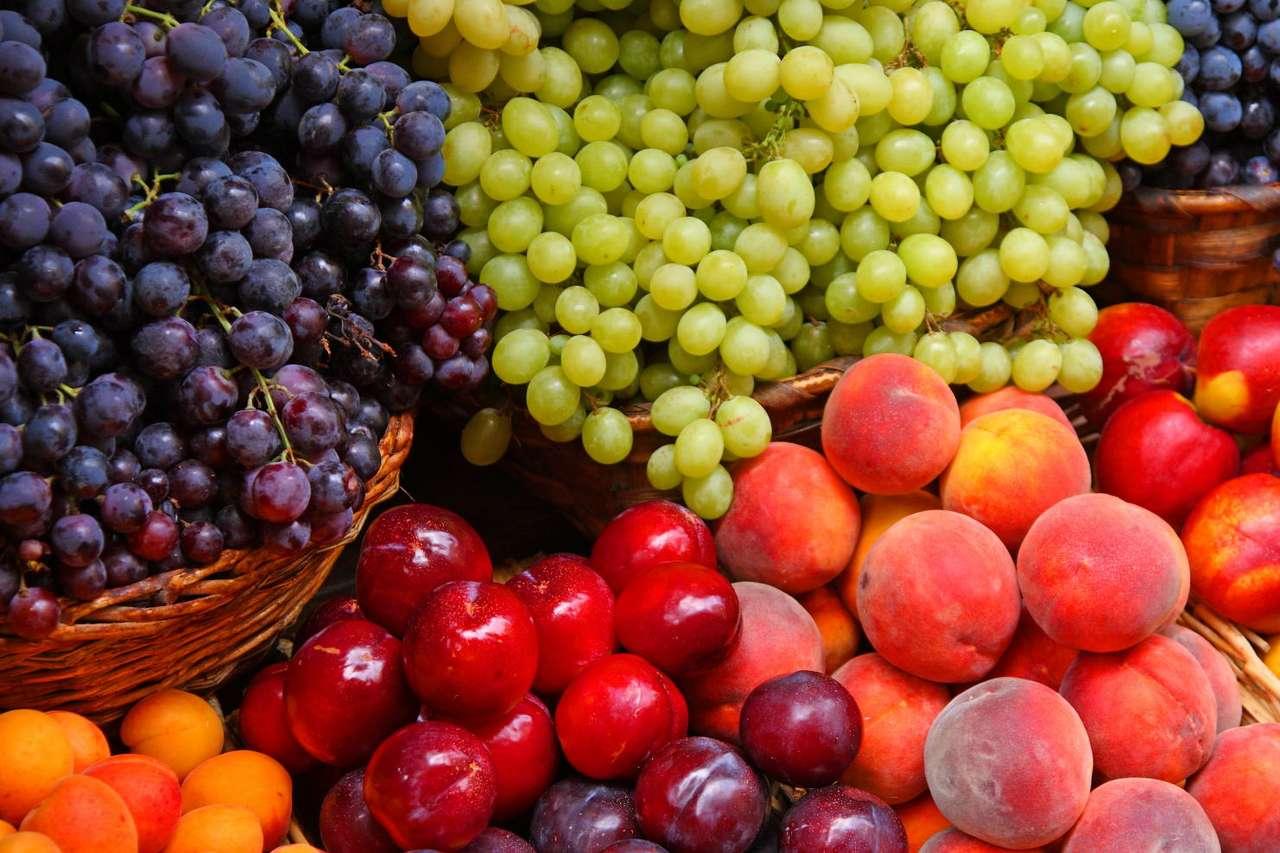 Owoce prosto z Włoch - Jasne i ciemne winogrona, śliwki, nektarynki, morele, brzoskwinie na straganie we Włoszech. Smaczne i zdrowe owoce (13×13)