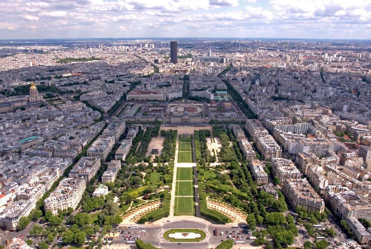Pole Marsowe w Paryżu (Francja) - Widok z Wieży Eiffla na Pole Marsowe (Champ de Mars) i Szkołę Wojskową (École Militaire). Wśród panoramy Paryża wzrok przykuwa także czarna Wieża Montparnasse i złota kopuła kościała prz (12×8)