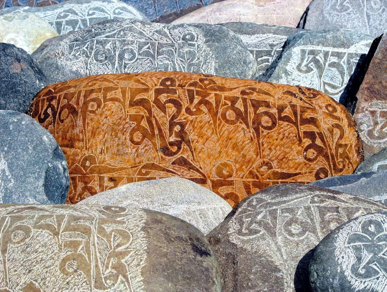 Kamienie modlitewne z Tybetu - Mani to kamień lub kamienna płyta z wyrzeźbionym tekstem mantry. Dla buddystów przejście obok takiego kamienia z właściwej strony równoważne jest z odmówieniem modlitwy. Wiele takich kamieni (17×13)